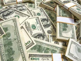 Силният американски долар удари 13-месечен връх срещу еврото.